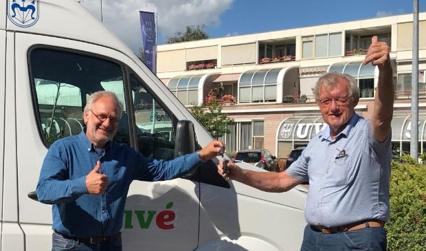 De sleutels van de bussen zijn overgedragen aan Stichting Gelukkig Ouder Worden