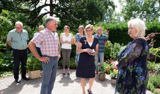 Lintjesregen 2020, Elisabeth Maria Klaassen uit Hoofddorp wordt gefeliciteerd door burgemeester Schuurmans.  Jur Engelchor Fotografie © BDU media