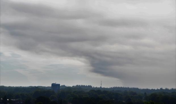 De rookpluim was vrijdagochtend al duidelijk zichtbaar in Ede. De rook is inmiddels ook te zien in de regio Utrecht.