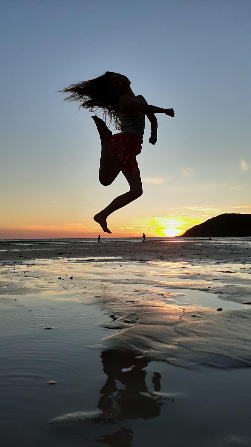Bent van Alfen (12) zag tijdens de vakantie in Cotentin, Normandie, Frankrijk. Op het strand bij het plaatsje Sciotot, afgelopen donderdag 30 juli 2020, zag hij zijn zusje Lina (10) springen en legde dit mooie moment vast.   Bent van Alfen © BDU Media