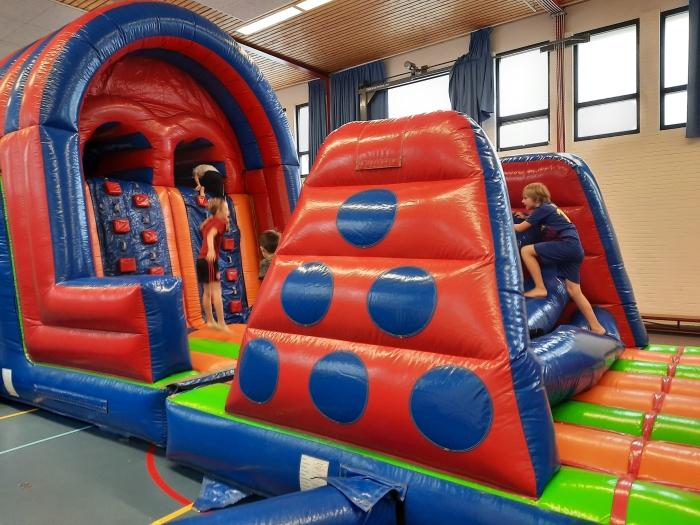 Op een stormbaan in de gymzaal kunnen de kinderen van De Tamboerijn al hun energie kwijt! Andra van Hofwegen © BDU Media