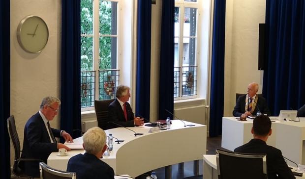 Begin juni: burgemeester Asje van Dijk heet commissaris Berends (midden) en gedeputeerde Jan Markink (links) welkom in Barneveld.