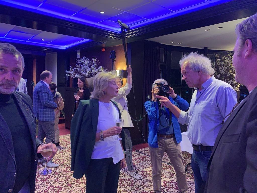 Maya Meijer Bergmans in gesprek met Kees Koudstaal na afloop van de vergadering. Links Soestdijkdirecteur Frans van der Avert. Baarnsche Courant © BDU media