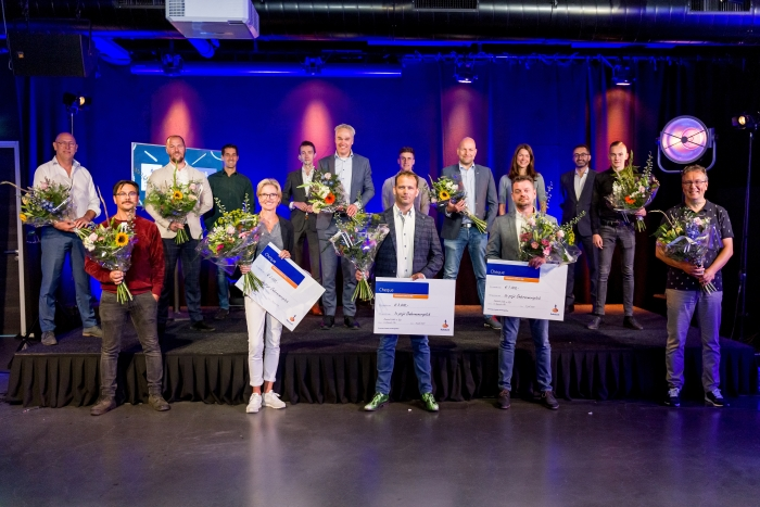 de pitchers en jury (achteraan)