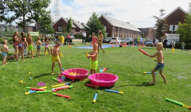 Wat geeft meer lol op een zonnige middag als met je vrienden spelen met water.