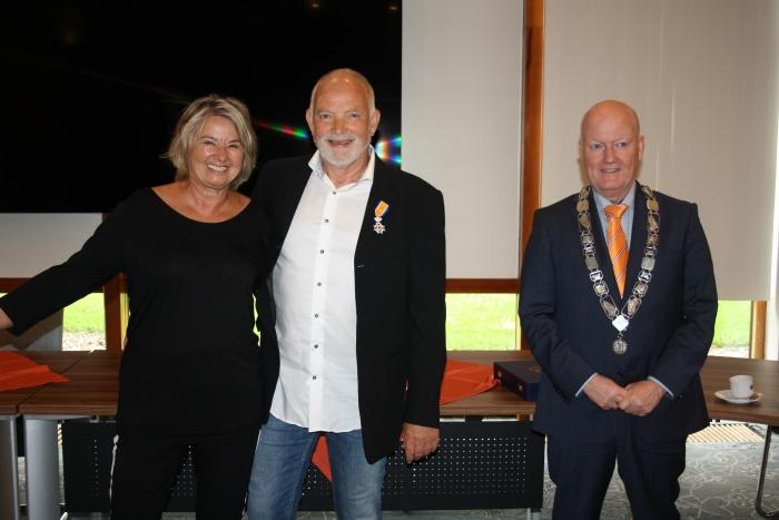 Wijbe met zijn vrouw Stanneke en Ruud van Bennekom op de foto.