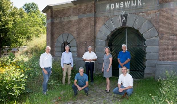 V.l.n.r. (staand) Jeroen van Strien, Martin Jansen, Tjerk Bruinsma, Gelinde Groeneveld, Jos Mittelmeijer. (zittend) Johan van der Gun, Reinoud Pince van der Aa