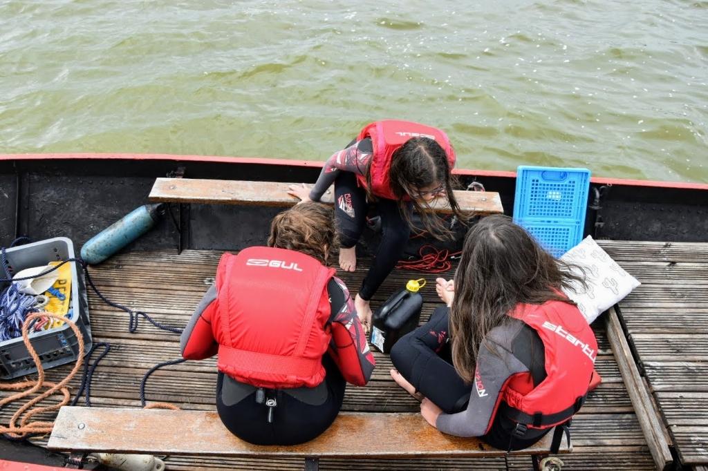 De sup-meiden bekijken de 'schade' na hun korte avontuur.  Joop Touw © BDU media