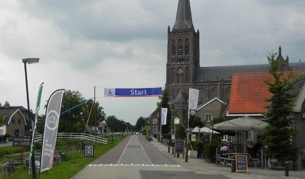 De start- en finish banner was evengoed opgehangen om toch iets van sfeer te geven. Richard Thoolen © BDU media
