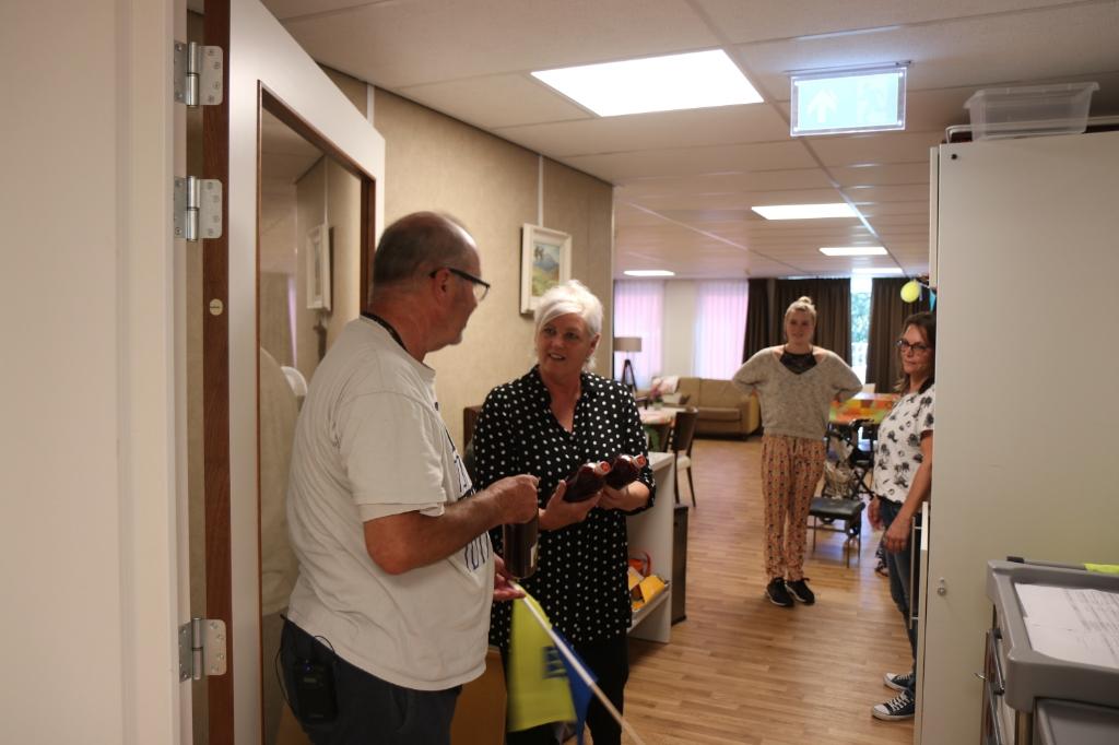 Medewerkers van de zorg krijgen het sap aangeboden Wijnand Burger © BDU media