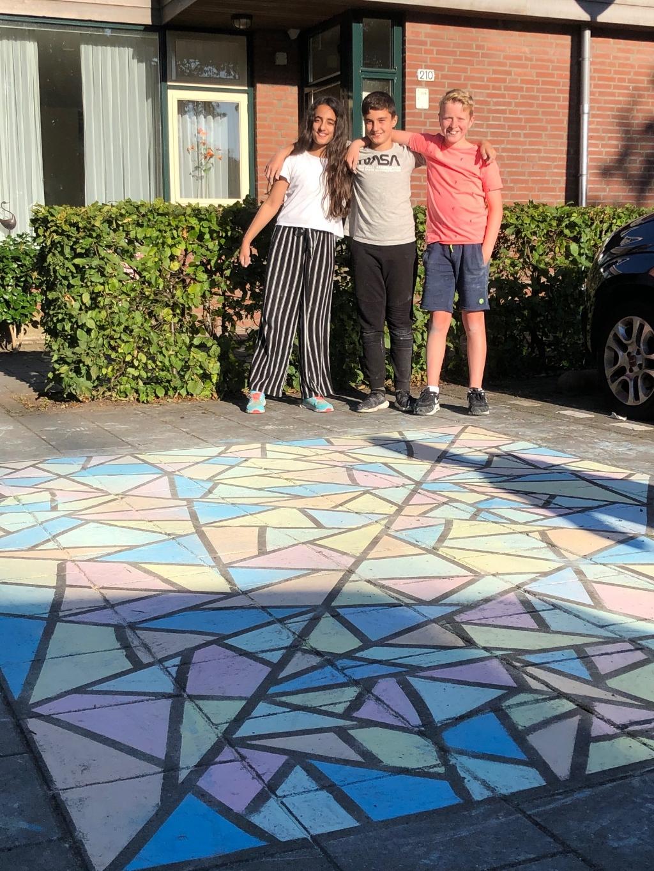 Anisa, Arian en Jari zijn de makers van het kunstwerk. Eigen foto © BDU media