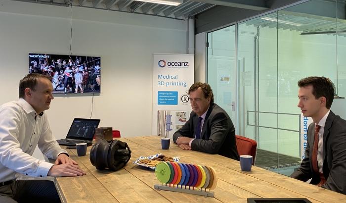 Burgemeester René Verhulst (m), wethouder Jan Pieter van der Schans (r) en accountmanager Martin Kraaijenvanger brachten een bezoek aan Oceanz 3D printing in Ede. CEO Erik van der Garde (l) vertelde hen meer over het proces, de techniek en toepassing