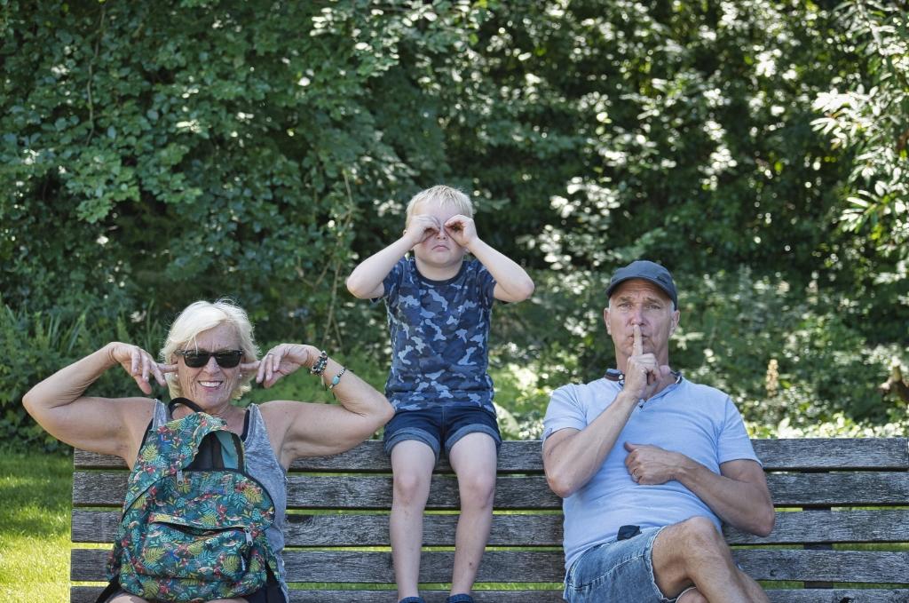 Donderdag 30 juli met kleinzoon een uitje gehad naar Ouwehands Dierenpark in Rhenen. Op de bank uitgebeeld 'Horen…Zien….Zwijgen'. PETR@ © BDU Media