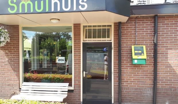 Bij café Het Smulhuis in Garderen is vorig jaar zomer een nieuwe AED geplaatst.