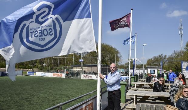 <p>Paul Smit, maar ook andere overleden leden van SO Soest, krijgen een herdenkingsplek op het voetbalcomplex.</p>