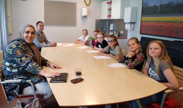 Leerlingen van Daltonschool Corlaer gingen in gesprek met de wethouder van onderwijs en hun eigen directeur.