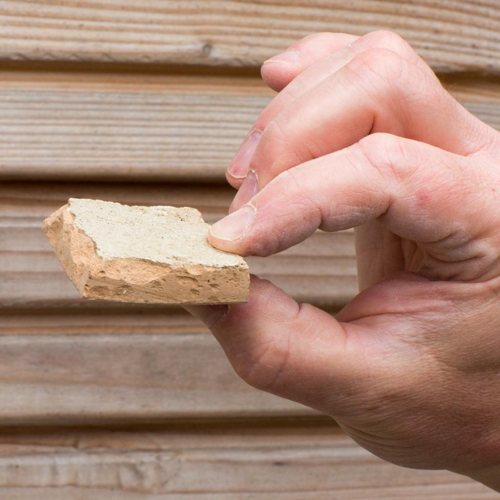 Karakteristieken aan de zelliges tegels zijn onder meer de met een beitel gekapte randen. Jaap van Rijn © BDU