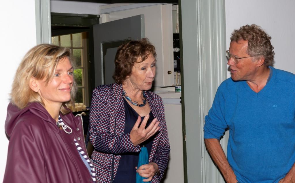 Burgemeester Joyce Langenacker en wethouder Rineke Korrel waren ook nieuwsgierig. Hier in gesprek met Paul Hiel (voorzitter werkgroep archeologie). Piet de Boer © BDU media