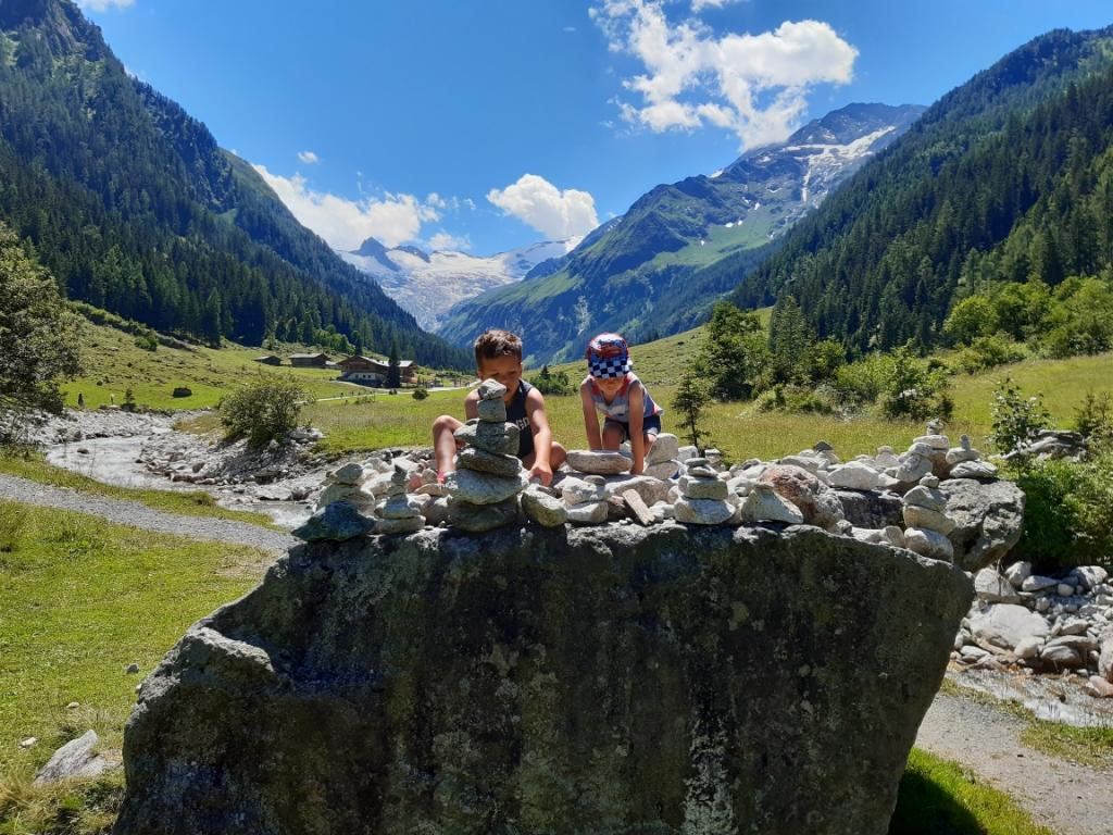 """,,Heerlijk met steentjes spelen in het prachtige Oostenrijk!"""" Louis van Dam © BDU Media"""