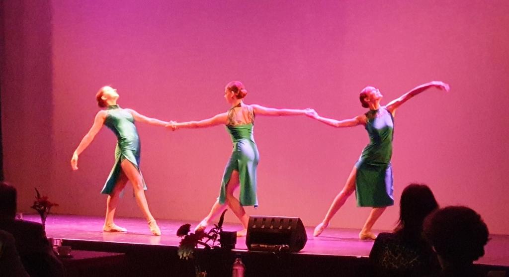Drie danseressen van Dansstudio Olga van Koningsbrugge verzorgden een verrassingsact Irene van Valen © BDU media