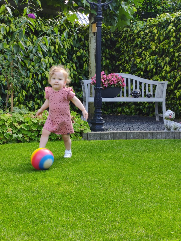 Thirza Hardeman speelt graag met de bal in de tuin bij opa en oma Liefting uit Lunteren. Ze kan al aardig voetballen... Gerard Liefting © BDU Media