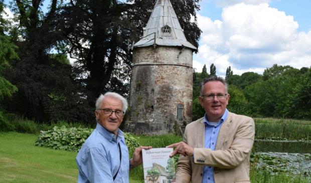 Peter Koch (links) reikt het eerste boek uit aan Herman Geerdes (rechts)