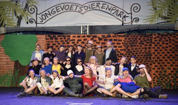 Groep 8 van De Werveling in de eindscène van de musical (en van de school) op het podium van Openluchttheater Cabrio.