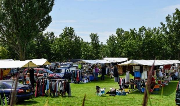 Kofferbakmarkt bij de Ouderkerkerplas.