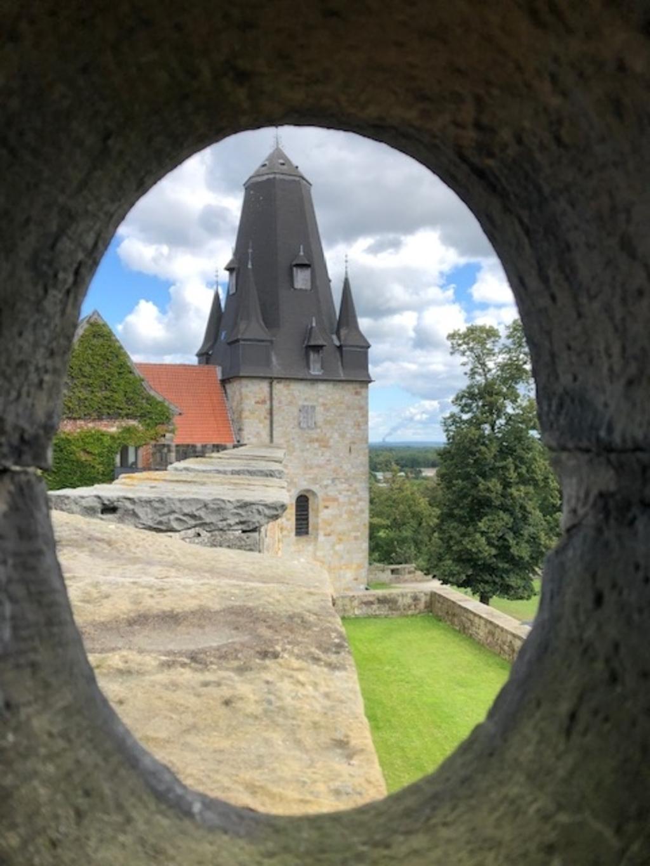 In de burcht in Bad Bentheim, via een kijkgat in een mooi torentje. Brigitte Visser © BDU media
