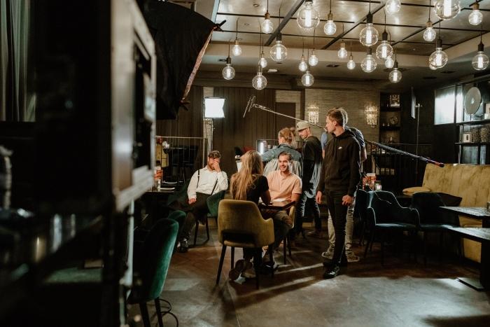 Cast en crew op de set bij Van Sprang tijdens opnames Apprendo.
