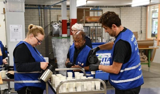 Het cateringteam voorziet het team op de Thorbeckelaan van koffie en gebak.