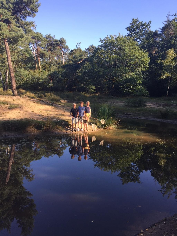 Van links naar rechts Aron, Daan en Hannah op een prachtige zomeravond 28 juli in het Lunterse Buurtbos. José Abrahamse © BDU Media