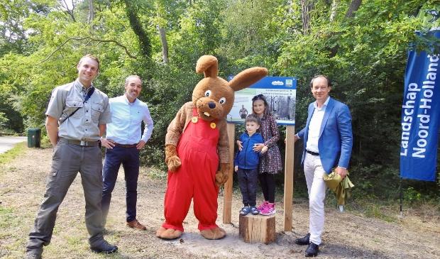 Boswachter Kees Perquin, directeur van de speeltuin Cok Milatz, Bennie Broek, en Ernest Briët (directeur Landschap Noord-Holland)