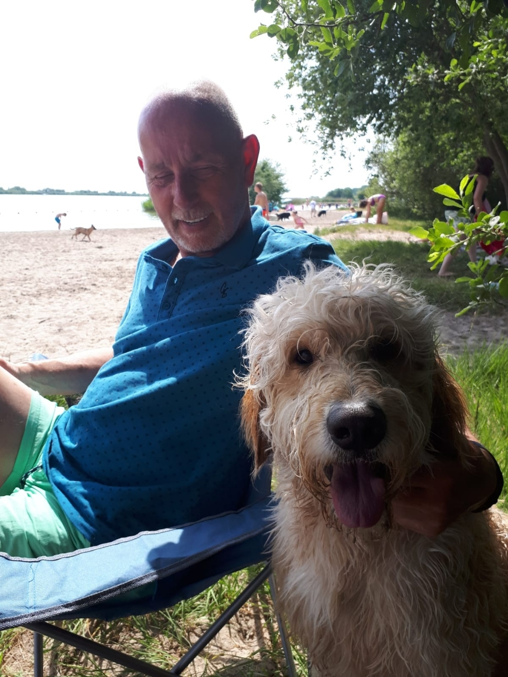 Een dagje hondenstrand in Nijkerk: het baasje met Buddy op 22 juni. JaapenTrees © BDU media