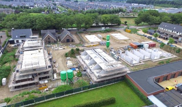 In het bouwplan De Nieuwe Burght komen in totaal 26 woningen. bovenin in beeld de Lunterseweg.