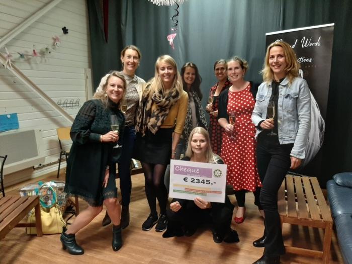 De Ladies' Circle N.W. Veluwe reikt cheque uit aan Beyond Words Productions