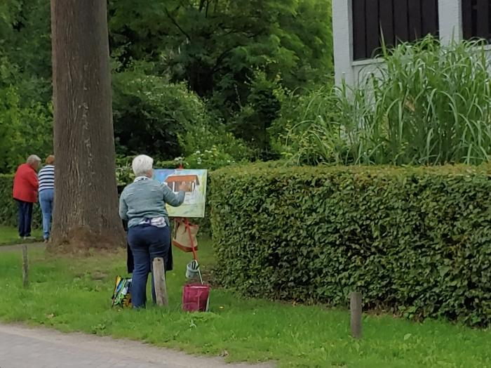 Diana Mol schildert het huis bij de pluktuin
