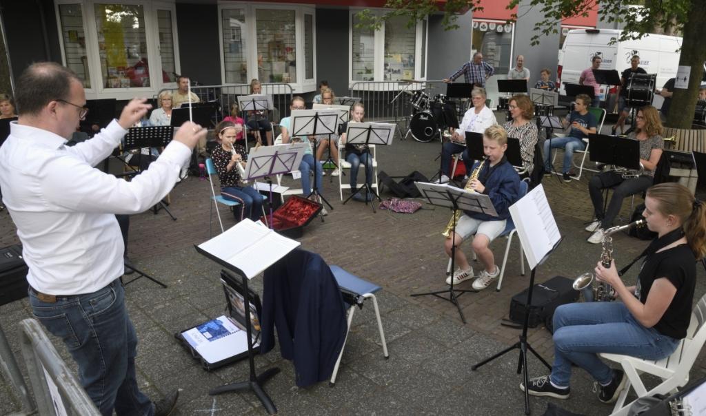 Fanfarecorps Excelsior geeft een klein concert op het pleintje bij het kruispunt Achterstraat/Dorpsstraat. Henk Hutten © BDU media