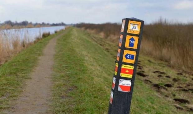De wandelroute is aangegeven op paaltjes