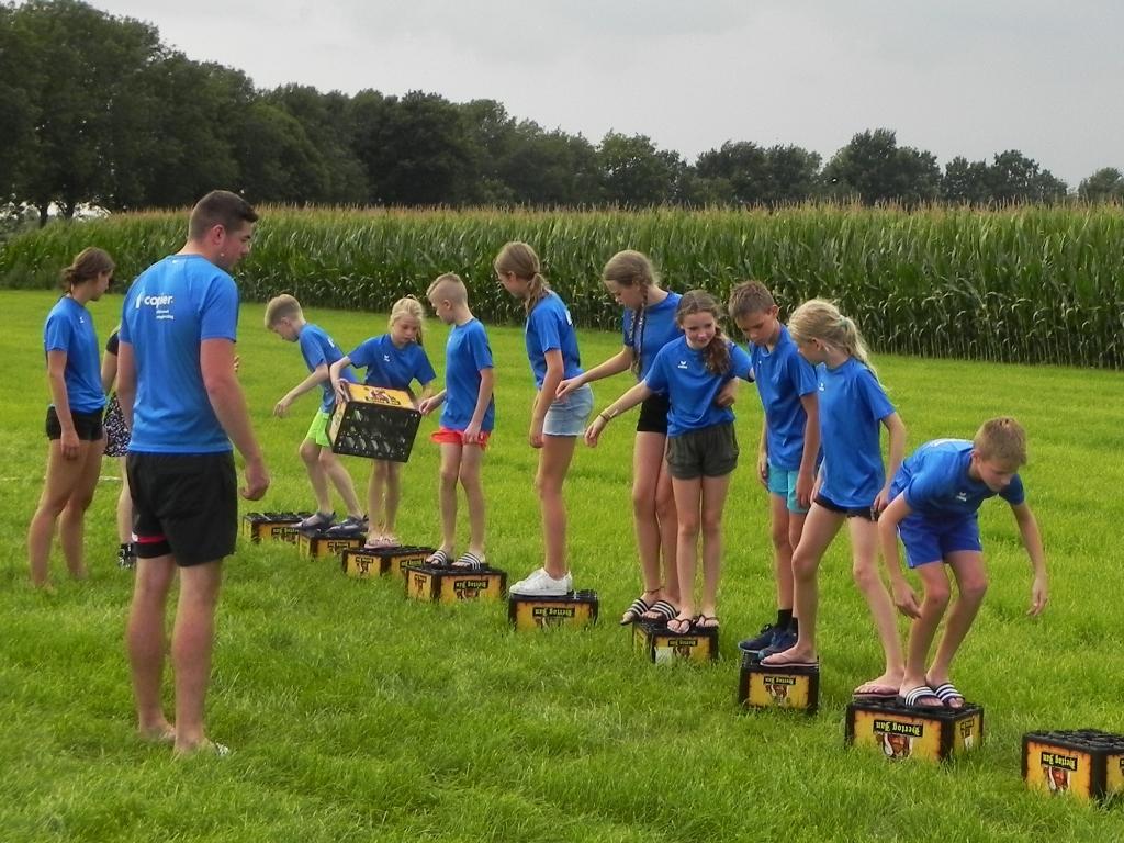 Oversteken zonder met je team de grond te raken met alleen bierkratjes als hulpmiddel. Richard Thoolen © BDU media