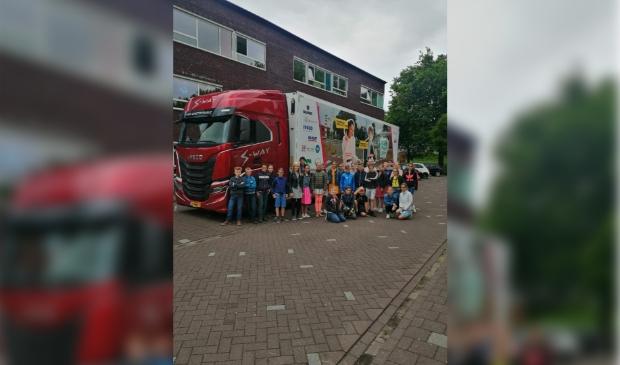 Leerlingen van de groepen8 van de Koningin Wilhelminaschool in Hardinxveld-Giessendam krijgen les over de gevaren van grote voertuigen in het verkeer.