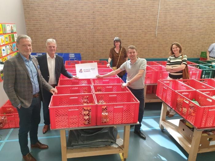 overhandiging van de cheque door het bestuur Jan van Schaffelaarfonds aan Johan van den Brink, bestuurslid Stichting Hulp aan Elkaar