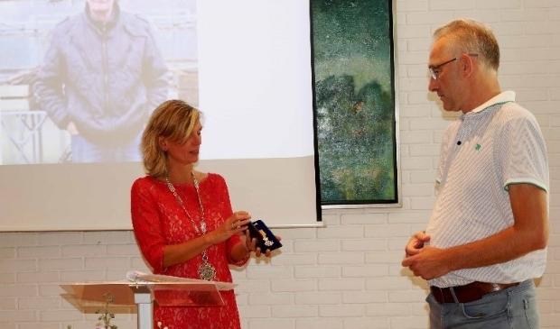 Vanwege gezondheidsredenen werd het lintje van de heer Bakker in ontvangst genomen door zijn zoon.