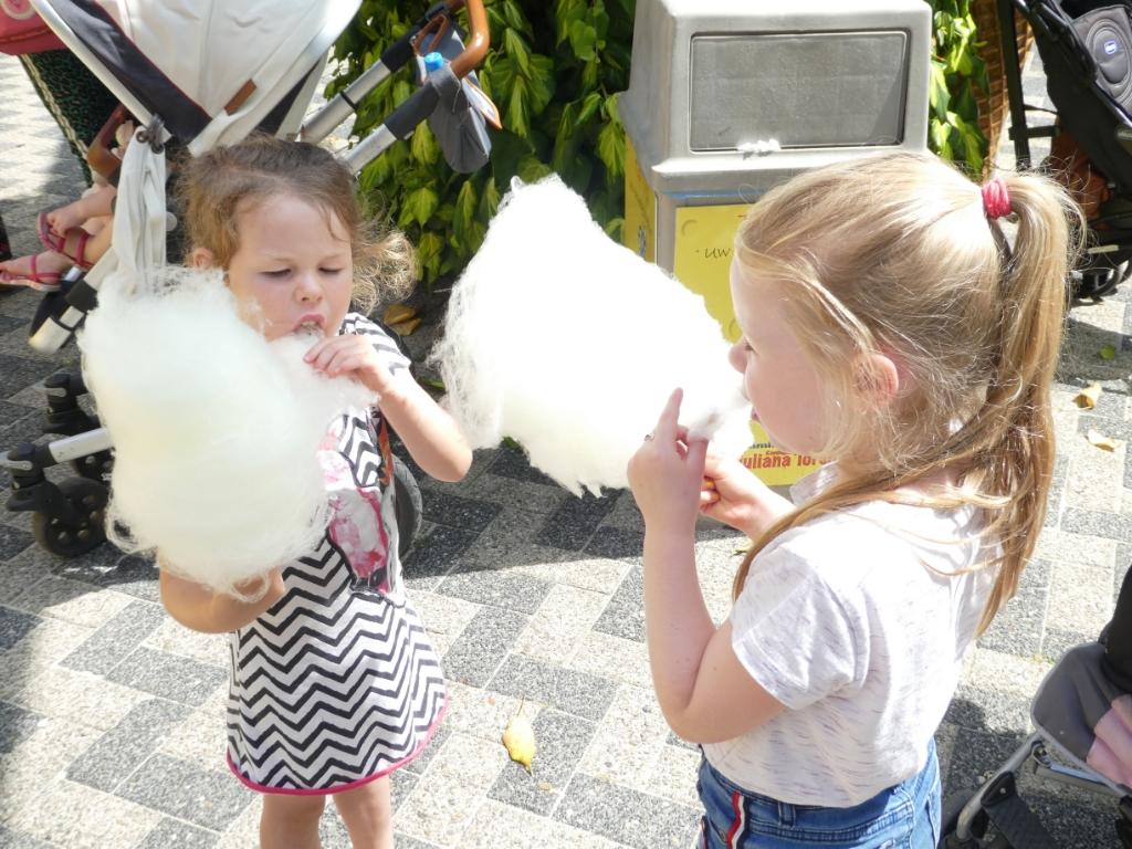 """,,Dagje uit op 13 juli met kleinkinderen naar Julianatoren. Heerlijk snoepen van de suikerspin."""" Marijke van der Schaft © BDU Media"""