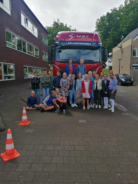 Leerlingen van de groepen8 van de Koningin Wilhelminaschool in Hardinxveld-Giessendam krijgen les over de gevaren van grote voertuigen in het verkeer. Veilig op weg © BDU media