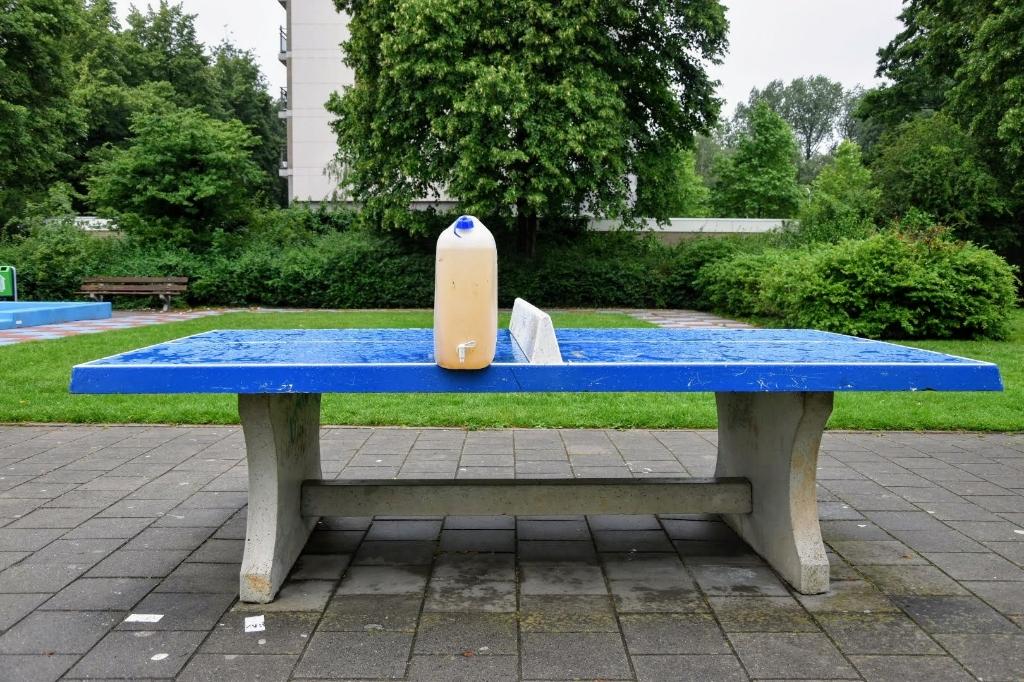 Op de pingpongtafel kan niet gespeeld worden. Het is daarom een prima plek voor de fles met limonade. Joop Touw © BDU media