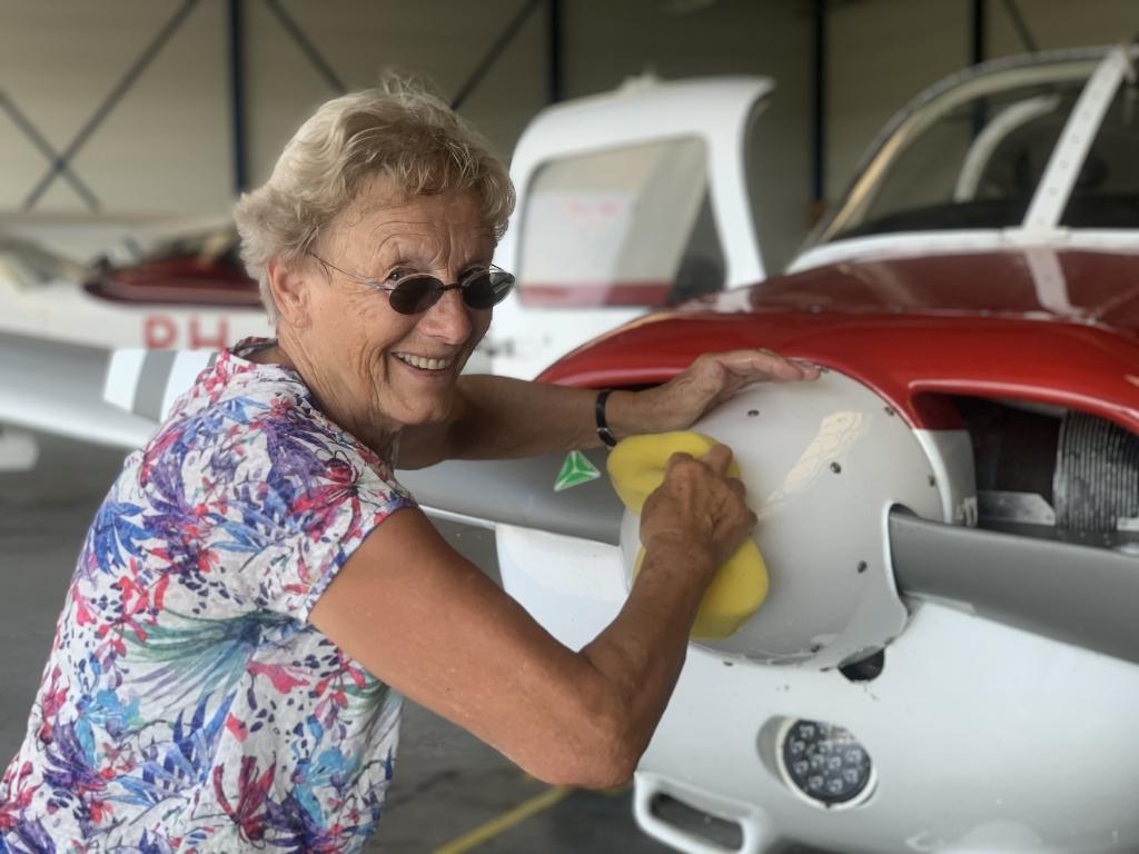 Oma Jannie mocht een keer meevliegen, maar moest na afloop wel helpen boenen.  Fam. van de Bospoort © BDU Media