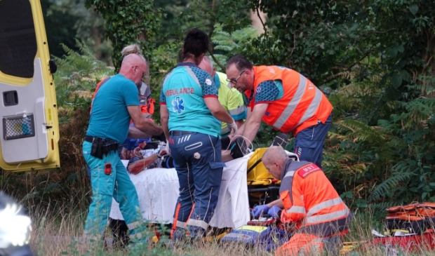 Bij een aanrijding zaterdagavond op de Utrechtseweg (N224) tussen Renswoude en Scherpenzeel is een wielrenster zwaargewond geraakt. De trauma-arts stabiliseert het slachtoffer.