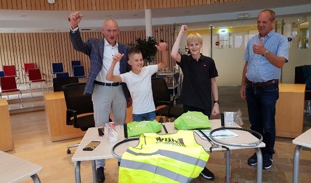 Opruimhelden Levi en Rens met wethouder Hans Marchal en Alfred van Kessel (VNMW)