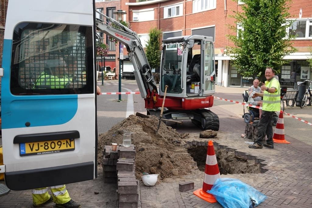 Medewerkers van netbeheerder Liander zijn ter plekke om de stroomstoring in het centrum van Barneveld te verhelpen. Aber Media © BDU media